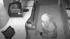 Do kavárny na »Jiřáku« přišel zloděj. Sebral dva tisíce a lahev vína, nepoznáváte ho?