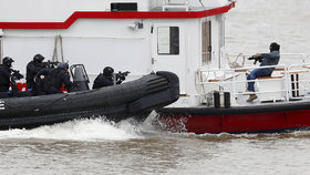 Akce jako z bondovky. Policisté na Temži cvičili útok na unesenou loď
