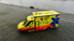 Autobus v Nuslích srazil mladou ženu (20). Ta v umělém spánku skončila v nemocnici