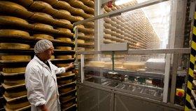 Mlékař prozradil, jak vybírat sýr. Očichejte ho a hlídejte barvu