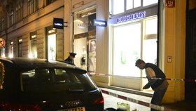 Přepadení luxusního klenotnictví v centru Prahy: Zloděj spoutal obsluhu