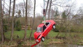 Felicie skončila v potoce: Řidiči na břeh pomohli svědci, auto tahali z vody hasiči!