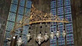 Nad hrobem Nepomuckého visí stříbrné lampy. Zlatá, která zmizela, zachránila život