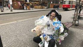 Na Andělu sedí podivín. Místo oblečení má na sobě igelitky a odpad