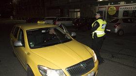 """Taxikář zamkl turistku v autě. """"Budete umírat pomalu,"""" hrozil pak jejímu zachránci z hotelu"""