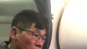 Za brutální vyhazov z letadla žaloba: Lékař se chce soudit s United Airlines