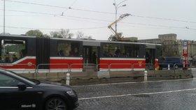 Seniorka nabourala do zastávky v Praze 6, pak odešla k lékaři. Nehodu si nepamatovala