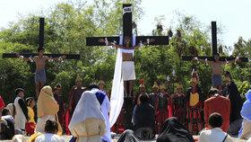 Utrpení Krista na vlastní kůži. Desítka lidí se nechala ukřižovat na Filipínách