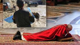 Ležící papež uctil při mši mrtvé děti ze Sýrie i oběti z Egypta