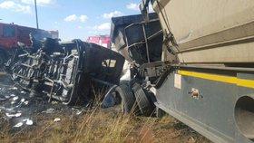 Obří náklaďák se srazil s minibusem: Deset lidí zemřelo!