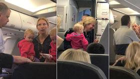 Maminku stevard uhodil a vyvedl z letadla i s dvojčaty.