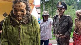 Kmen v Indonésii své mrtvé krmí a pravidelně vyhrabává z hrobů: Fotí s nimi i rodinné fotografie