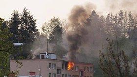 Byt ve šternberském paneláku zachvátil požár: Stovka lidí musela opustit domov!