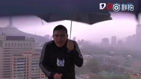 """""""Viděl jsem jiskry."""" Moderátora počasí zasáhl blesk v přímém přenosu"""