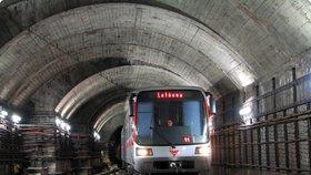 Metro nestaví ve stanici Malostranská! Do eskalátorů natekla voda