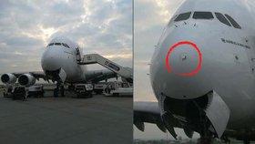 Letadlo Emirates zasáhl blesk: Poškozené přistálo v Praze
