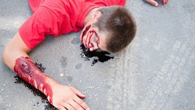 Dramatický spor o dceru: Žena svištěla autem s expřítelem na kapotě, udržel se půl kilometru