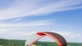 Paraglidista nezvládl první let: Narazil do stromu