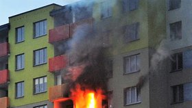 Hasiči ve Vsetíně evakuovali desítky lidí: Hořely byty v paneláku