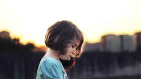 Každé desáté dítě v Česku zažívá domácí násilí. Na záchranu čekají i roky