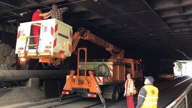 U Strašnické poškodil náklaďák trolej. Místo tramvají jezdily autobusy