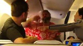 Cestující během letu do Prahy okradli o statisíce: Peníze se našly v podivné skrýši