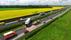 Kamion vjel na dálnici D11 do protisměru a havaroval: U Prahy se tvořily kolony