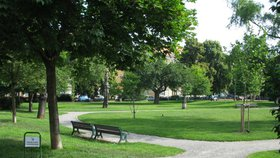 Lidé v Dejvicích bojují proti výstavbě parkoviště: Vyroste pod parkem?