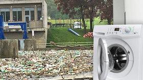 Pračka, kanec a odpadky: V řekách plavou tuny nepořádku. Povodí čeká na počasí