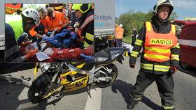 Drsné foto! Motorkářka se srazila s náklaďákem, zůstala pod ním zaklíněná