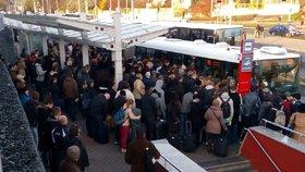 Autobusy na letiště nezvládají příval cestujících: Praha musí urychleně najít řešení