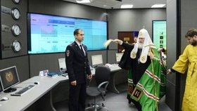Vládní počítače polil svěcenou vodou: V Rusku bojuje s kyberzločinem patriarcha