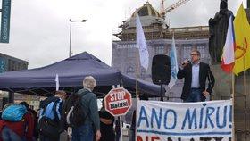 Desítky lidí se sešly na Václaváku: Demonstrovali proti členství Česka v NATO