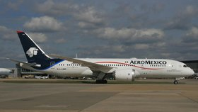Dramatické přistání: Letadlo se 150 lidmi na palubě narazilo do auta