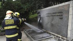Někdo úmyslně zapálil památník na Zlíchově: Zasahovat u něj museli hasiči