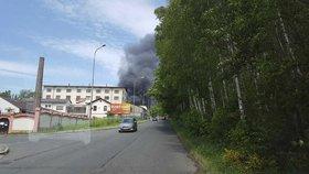 Muže obžalovali kvůli ohromnému požáru: Chtěl si ukrást trochu ředidla a zapálil při tom fabriku!