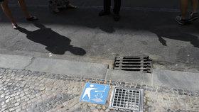 Praha bojuje s nedopalky: Do země nechala zapustit popelník