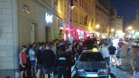 Zákaz kouření vyhnal lidi z barů. Dlouhá ulice zažila hádky a přecpané chodníky