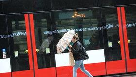 Bez deštníku ani krok: Do Prahy se vrátí přeháňky, pršet bude celý týden