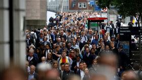 Vyhýbejte se davům a buďte ostražití, radí Čechům v Británii velvyslanectví