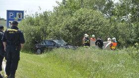 Uzavřená silnice u Milína! Audi po střetu s kamionem skončilo ve křoví, řidič nepřežil