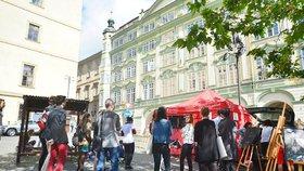 Konec kožešinových farem? Aktivisté na Malostranském náměstí drželi palce zákazu