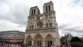 Otrávili v katedrále svěcenou vodu? Turisty z ní bolela hlava a svědil obličej