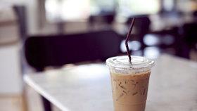 Poplach v Costa Coffee i Starbucksu: V pití jim našli fekální bakterie