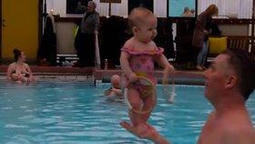 Místo plavání učí miminka stát. Islandský instruktor šokoval celý svět