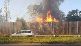 Podél Kbelské ulice šlehaly plameny: Hořela protihluková stěna