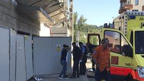 Záchvat pláče ženy před stavbou v Holešovicích. Dělník (†21) tam spadl z 10 metrů