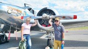 Láska k letadlům je svedla dohromady: Manželé ukázali svůj stroj na letišti v Praze