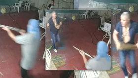 Muž zahnal mačetou tři ozbrojené lupiče. Jednoho sejmul a předal sám policii