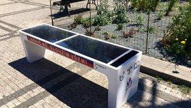 Praha nechala nainstalovat chytré lavičky: Umí nabít telefon, připojí na Wi-Fi